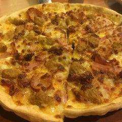 Photo taken at Pizza Hut (พิซซ่า ฮัท) by Bow on 9/27/2014