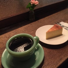 Photo taken at 自家焙煎 cafe use 珈琲豆店 by yazzzz on 4/12/2015