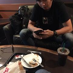 Photo taken at Starbucks (สตาร์บัคส์) by Lookked A. on 11/16/2015
