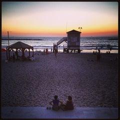 Photo taken at Frishman Beach (חוף פרישמן) by Ilan B. on 8/9/2013
