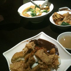 Photo taken at Bagus Yong Tau Foo by Olin on 11/13/2011
