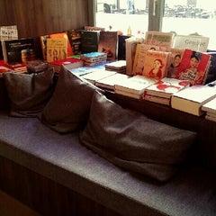 Das Foto wurde bei ocelot, not just another bookstore von Nadine G. am 8/29/2013 aufgenommen