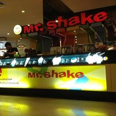 Photo taken at Mr.Shake (มิสเตอร์เชค) by Amm C. on 1/11/2013