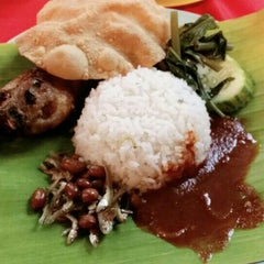 Photo taken at Saloma Nasi Lemak Panas & Daun Pisang by Ruzaini R. on 5/23/2015