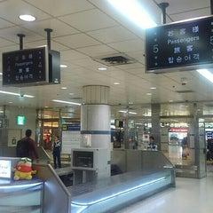 Photo taken at JR 成田空港(第1旅客ターミナル)駅 (JR Narita Airport (Terminal 1) Sta.) by North-Hassaku O. on 6/27/2015