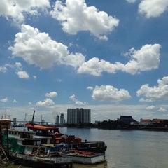 Photo taken at สะพานพระราม 3 (Rama III Bridge) by Chitʅ(´◔౪◔)スパチャイチット。 on 8/26/2015