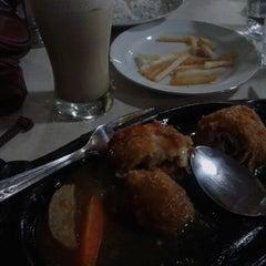 Photo taken at Waroeng Steak & Shake by Dewi W. on 11/14/2013