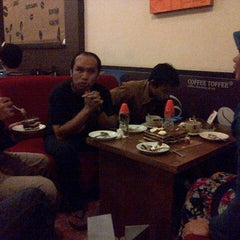 Photo taken at Coffee Toffee by Ochank B. on 5/3/2013