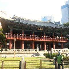 Photo taken at 보신각 (普信閣, Bosingak) by Hyun Woo M. on 10/7/2012