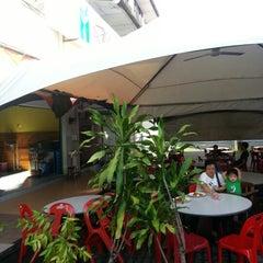 Photo taken at D'Lengkuas Restoran Selera Kampung by Ozer S. on 10/26/2012