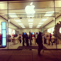 Photo taken at Apple Store, Walnut Street by José L. on 12/29/2012