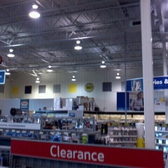 Photo taken at Best Buy by Enrique G. on 10/14/2012