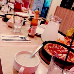 Photo taken at Pizza Hut by Ily D. on 8/20/2015