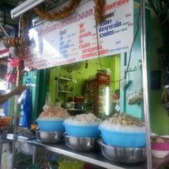 Photo taken at ข้าวต้มปลา (ตรอกถั่วงอก) by Yiwah T. on 5/18/2015