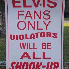 Photo taken at Elvis Presley's Heartbreak Hotel by Marco v. on 10/5/2012