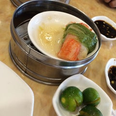 Photo taken at King Bee Chinese Restaurant by Jen M. on 8/1/2014