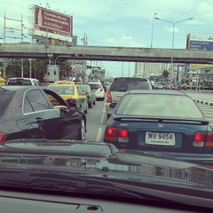Photo taken at แยกศรีอุดม (Si Udom Intersection) by N¡©€ S. on 11/10/2013