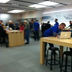 Photo taken at Apple Store, Burlington by Pete on 10/14/2012