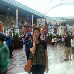 Photo taken at 롯데월드 (LOTTE WORLD) by Jennifer L. on 10/1/2012