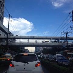 Photo taken at ถนนเพชรบุรี (Phetchaburi Road) by Nattadit on 10/9/2012