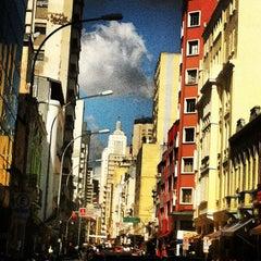 Photo taken at Rua Santa Ifigênia by Leandro B. on 5/25/2013