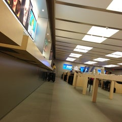 Photo taken at Apple Store, Anchorage 5th Avenue Mall by Chris W. on 7/20/2013