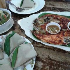 Photo taken at Seri Mesra Ikan Bakar & Seafood by Nysa S. on 5/10/2015