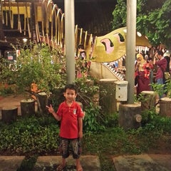Photo taken at Kampoeng Makan Joglo 21 by Ian D. on 8/2/2014