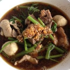 Photo taken at หมูตุ๋น เนื้อตุ๋น ยาจีน by พอยย ล. on 9/18/2012