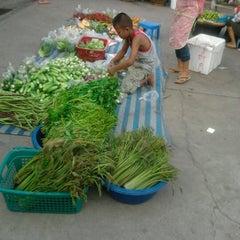 Photo taken at ตลาดสด สี่แยกสามทหาร by nagojora T. on 12/23/2012