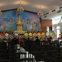 Photo taken at วัดเทพศิรินทราวาส ราชวรวิหาร (Wat Debsirin) by Tanat B. on 1/25/2013