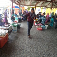 Photo taken at Tamu Pekan Membakut by Azie A. on 3/31/2013
