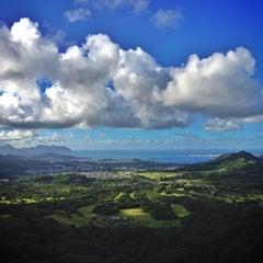 Photo taken at Nuʻuanu Pali Lookout by Jofelson B. on 7/23/2013