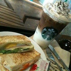 Photo taken at Starbucks (สตาร์บัคส์) by Mameawja on 3/6/2013