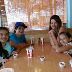 Photo taken at Tom's Burger & Frosty by Israel G. on 7/27/2013