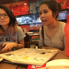 Photo taken at Pizza Hut by Evangelin S. on 11/8/2014