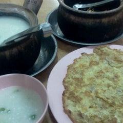 Photo taken at Restoran DST 大樹頭砂煲活田雞 by Ragu J. on 1/2/2013