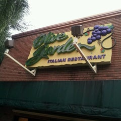 Photo taken at Olive Garden by Franchesca L. on 10/1/2012
