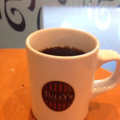 Photo taken at TULLY'S COFFEE 飯田橋ガーデンエアタワー店 by Makoto F. on 6/5/2013