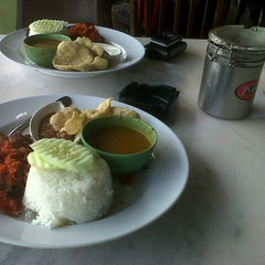 Photo taken at Restoran Pak Mal Nasi Ayam by Fit_ A. on 1/6/2013