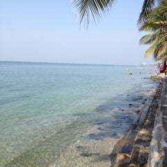 Photo taken at หาดวอนนภา (Wonnapa Beach) by Non on 1/20/2013