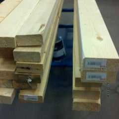 Photo taken at Lowe's Home Improvement by Carmonarocks C. on 12/14/2012