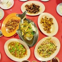 Photo taken at Haadyai Makanan Laut by Chean L. on 9/6/2014