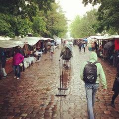 Das Foto wurde bei Flohmarkt am Mauerpark von Henri B. am 5/26/2013 aufgenommen