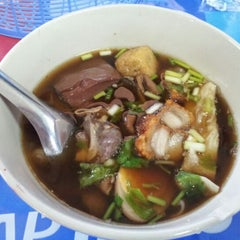 Photo taken at ตลาดประชานิเวศน์ 1 (Pracha Niwet 1 Market) by Jeab A. on 12/21/2012