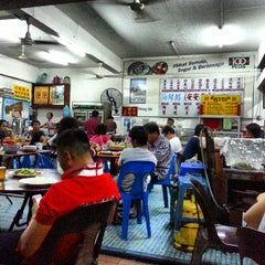 Photo taken at Kedai Kopi Kheng Hin 瓊兴茶室 by rick on 8/8/2013