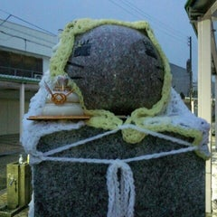 Photo taken at ももねこ様像 by F14A10rqlY y. on 12/29/2012