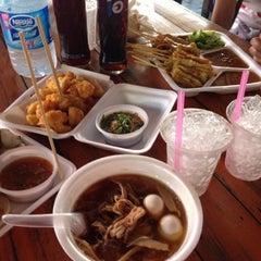 Photo taken at ตลาดน้ำวัดลำพญา (Wat Lam Phaya Floating Market) by junezzzaa on 11/10/2012