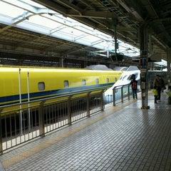 Photo taken at JR 新大阪駅 25-26番線ホーム by Tatsuya D. on 3/19/2012