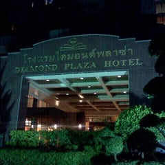 Photo taken at Diamond Plaza Hotel (โรงแรมไดมอนด์พลาซ่า) by Neung S. on 9/7/2011